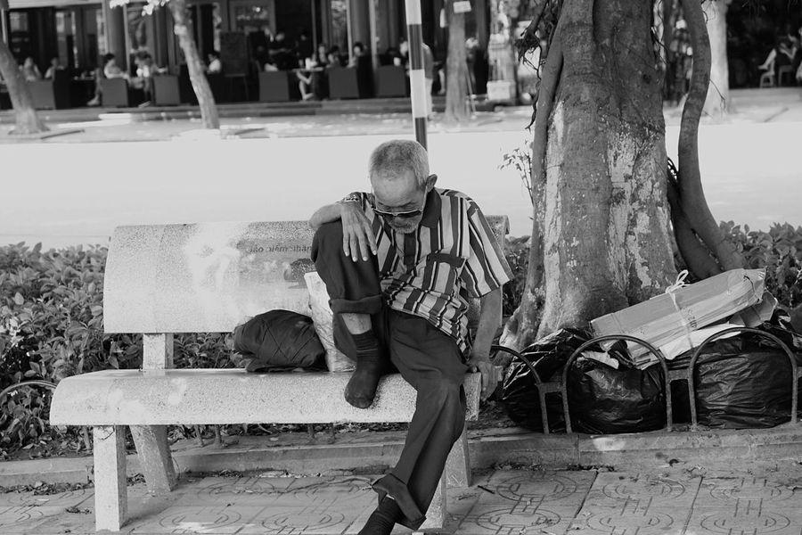 Hanoi Hanoi Vietnam  Resting Bench Benchinthepark Streetphotography Street Photography Streetphoto_bw Blackandwhite