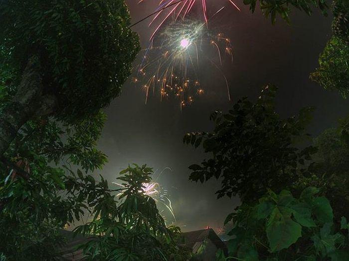 Dari depan rumah. Waktu yang sangat berharga, untuk ku habiskan di rumah bersama keluarga tercinta. . . . 📍 Tuminting - Manado - SULUT 📷 YiCam Manado 2016 NewYear Sulawesiutara INDONESIA Tuminting