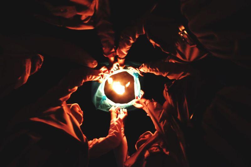 Menerbangkan harapan Burning Human Hand Hand Human Body Part Glowing Real People Illuminated Holding Heat - Temperature Night Fire Nature People Group Of People The Great Outdoors - 2018 EyeEm Awards 10 HUAWEI Photo Award: After Dark