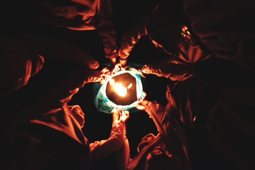 Menerbangkan harapan Burning Human Hand Hand Human Body Part Glowing Real People Illuminated Holding Heat - Temperature Night Fire Nature People Group Of People The Great Outdoors - 2018 EyeEm Awards 10 HUAWEI Photo Award: After Dark