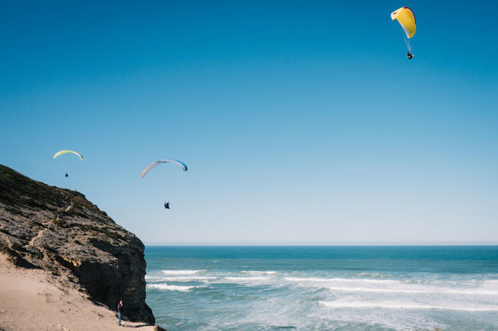 Paraglider bei der Lagune von Obidos EyeEm New Here Nature Paragliding Perspectives On Nature Adventure Beach Clear Sky Day Extreme Sports Flying Gliding Horizon Over Water Mid-air Nature One Person Outdoors Parachute Paragliding People Scenics Sea Sky Sport Water