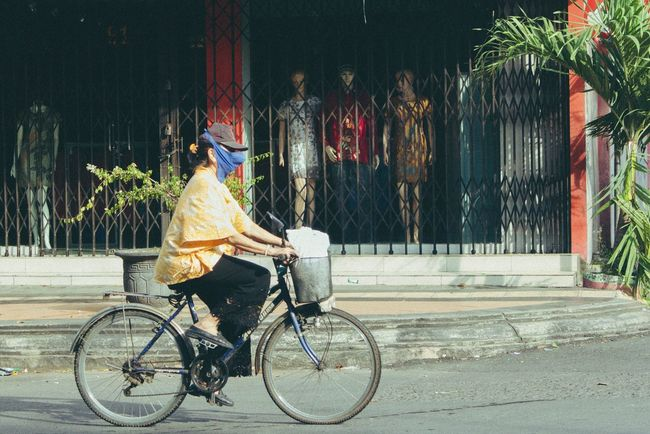 freedom. Bicycle Cycling People Juxtaposition Streetphotography EyeEmNewHere Streetview Streetphotographer Street Photo Streetphoto Everybodystreet Lookslikefilm INDONESIA Street Life Streetphoto_color Photostory One Woman Only Dolls Everydayasia Semarang The Street Photographer - 2017 EyeEm Awards The Street Photographer - 2017 EyeEm Awards