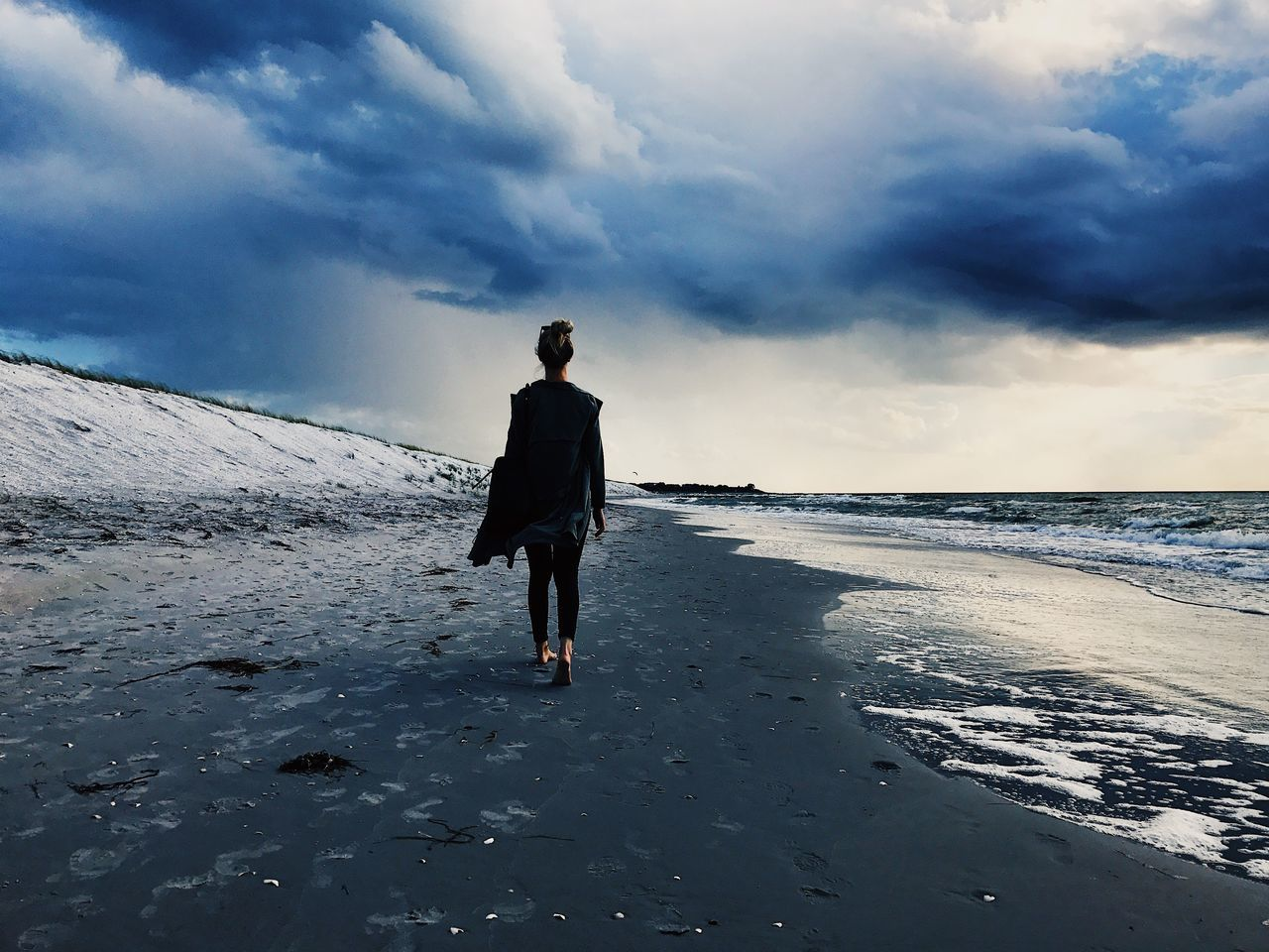 sky, cloud - sky, land, sea, water, one person, beauty in nature, rear view, beach, real people, lifestyles, full length, scenics - nature, leisure activity, nature, standing, walking, horizon, horizon over water, outdoors