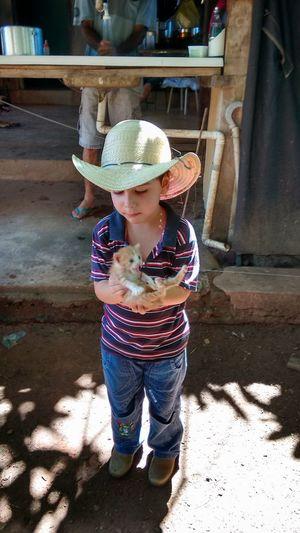 criança com gatinho Child Full Length Childhood Standing Sun Hat Hat Casual Clothing Babyhood
