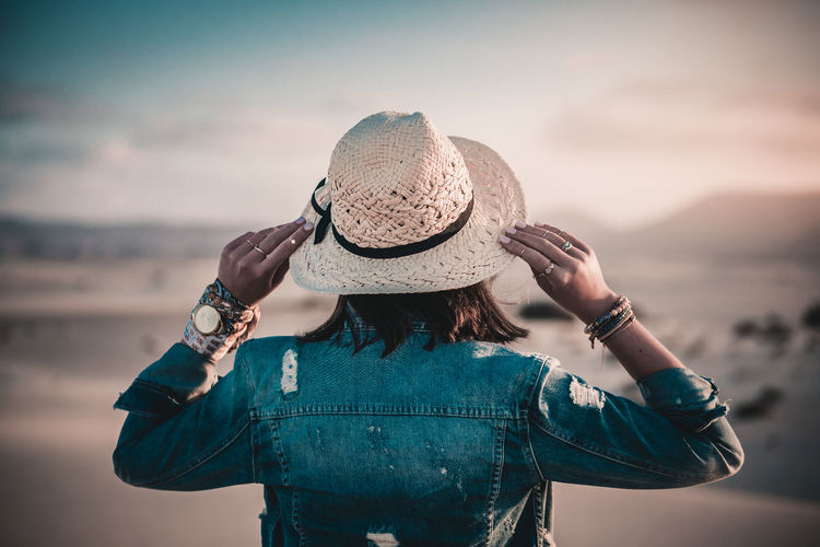 Watching sunset Hat One Person Clothing Rear View Focus On Foreground Casual Clothing Real People Sky Lifestyles Sun Hat Standing Women Nature Outdoors Sand Mountains Jeans Dunas Jacket Clock Watch Fashion Straw Hat Beach Summer Summervibes Sun Sunlight Fashion Photography Beauty In Nature
