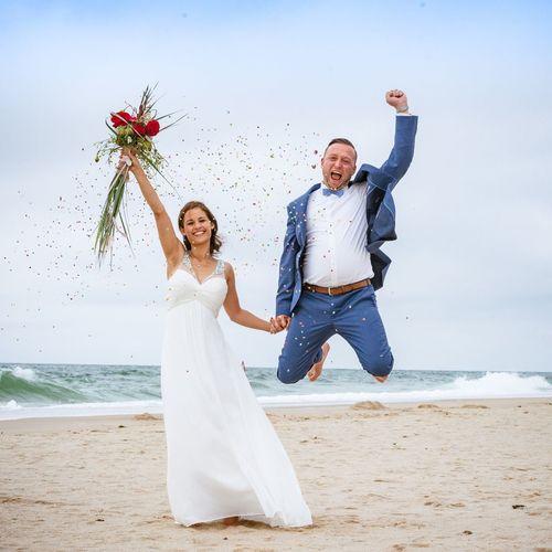 Brautpaar am Stand Bride Newlywed Sea Beach Land Wedding Celebration Happiness Two People Wedding Dress Emotion Water