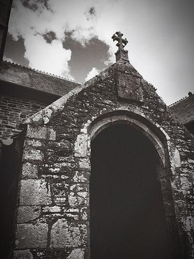 Mevagissey Church St.Peters church dating back to 11th century, existing bell dates 1684 has a slate memorial inscripted date 1632 Historical Building Architecture Archway Centuries Old Stone Stonemason Blackandwhite Bnw_collection Black And White