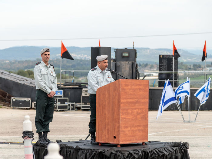 Mishmar David, Israel, Februar 21, 2018 : The officer of the IDF makes a speech on the podium at the formation in Engineering Corps Fallen Memorial Monument in Mishmar David, Israel Engineering Corps Fallen Memorial Monument Event Formation Jewish Patriotism Service Soldier Standing Uniform Warrior Armed Army Ceremony Day Education Group Idf Infantry Israel Defence Force Military Parade Professional Protection Training Weapon