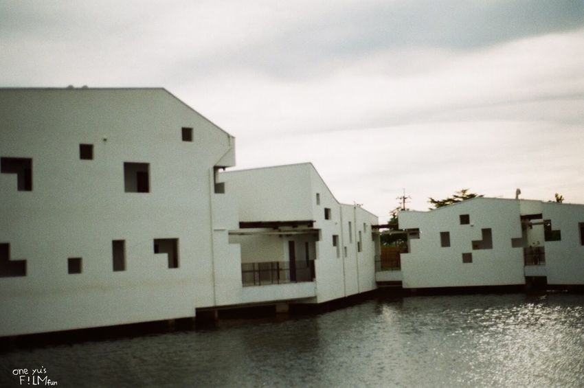 Canoneos55 fujicolor100 很像渡假飯店 Film Canon Eos55 Fujifilm Fujicolor Industrial 100 Architecture Built Structure Building Exterior Building Water Sky Residential District