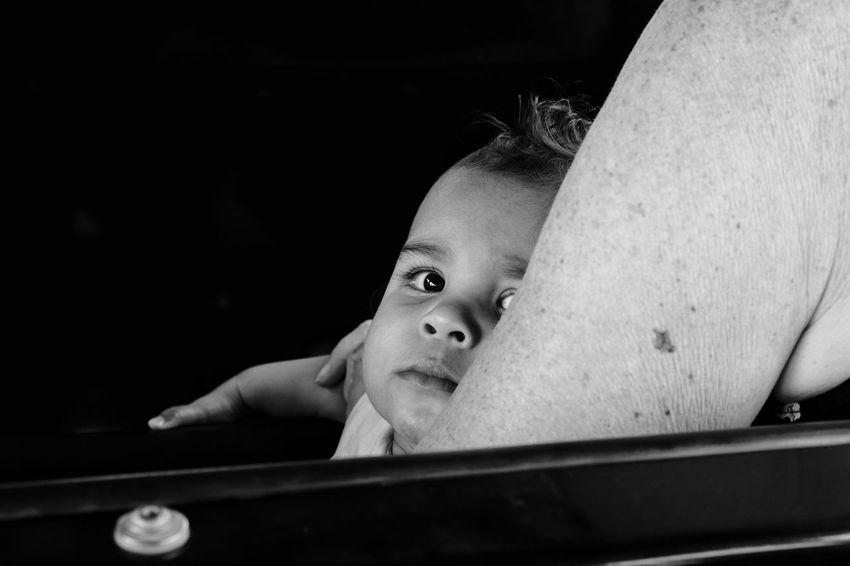 """Kiekeboe"" Blackandwhitephotography Blackandwhite Blackandwhite Photography Black And White Black And White Photography EyeEm Best Shots - Black + White Streetphotography Street Photography Streetphoto_bw Child Portrait Beautiful People"