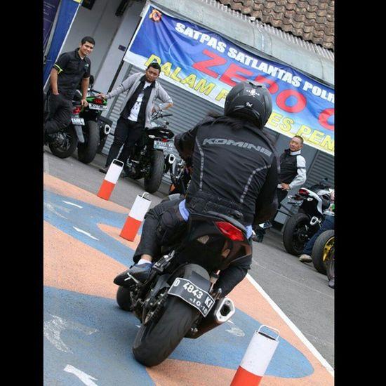 Safety Riding Course with Sat Lantas Polrestabes Bandung Kawasaki Z250 Kawasakiz250 Zriders nakedbike streetfighter safetyriding peloporkeselamatanberlalulintas dikyasa val 2014 z250blackv6 lg g3 lg_g3 lgg3 komine