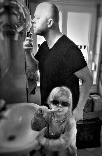 Vater Und Tochter Kinder Kids Children Funny Bathroom Zähneputzen Spaß Love Parents Kids Being Kids Children Photography The Portraitist - 2016 EyeEm Awards Fresh On Eyeem  Hello World Black And White Friday