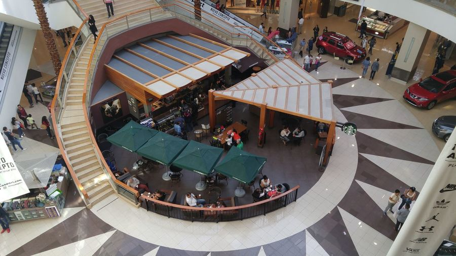 Cafetería desde arriba Starbucks Coffee Vibrant Color Illuminated Fv5camera No Edits No Filters Multi Colored Cityscapes Lgg4photography LGG4 Raw Photography Relaxing Coffee Time Picsofday Architecture Built Structure Nice Day NoEditNoFilter The Way Forward