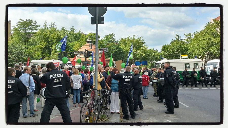 Nazis raus!!! Nazis touren heute durch die Stadt, aber sie werden lautstark von Gegendemonstranten begleitet.
