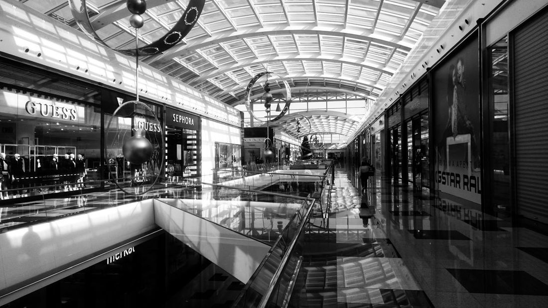 Architecture Indoors  Group Of People Built Structure Women Shopping Mall Transportation Illuminated Lifestyles Real People Incidental People Adult Men Ceiling Leisure Activity Walking People Modern Blancoynegro Blackandwhite Black And White Monochrome Shopping Reflection Light And Shadow