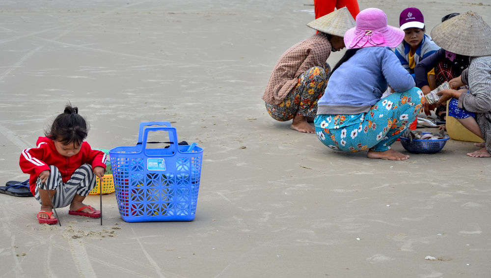 Wait for mother to sell at beach Adult Beach Child Cute Day Docile Females Full Length Girls Hat Ke Ga Cape Ke Ga, Viet Nam Marketplace Multi Colored Outdoors People Plastic Sandals Plastic Sandals Playing Alone Sell And Buy Shy Sitting Social Issues Streetphotography Trade
