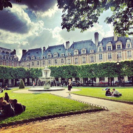 Place des Vosges à Paris Paris Placedesvosges Park Parc grass green sky cloud archi hdr spring