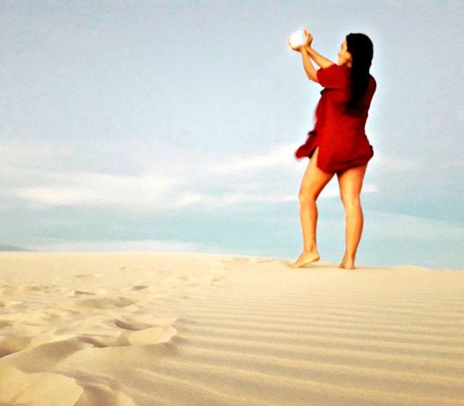 O Amor é como uma borboleta que pousa sobre a ponta dos dedos! ela precisa ser livre! Beach Sand Sea Mid Adult Adult One Person Adults Only