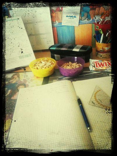 Bei den Hausaufgaben ein Twix und sonnenblumenkerne essen Essen