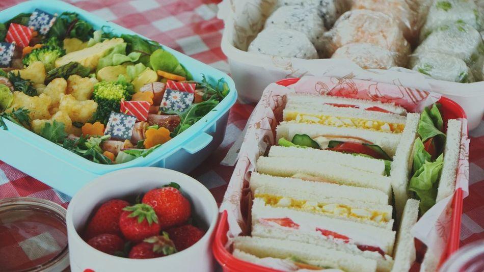 お弁当 おにぎり サンドイッチ ウインナー ポテト サラダ ピクニック いちご