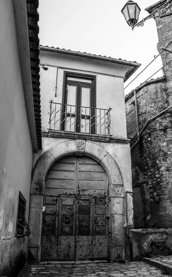 Montefusco Finestra Avellino Portone Legno Antico Portone Antico Borgo Medievale Borgo Antico Borgo BW_photography Bw Architecture Built Structure Building Exterior Building Arch Entrance Door Old House