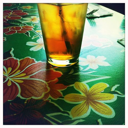 Glass of ice tea on table with flowers / Glass Eistee auf Tisch mit Blumen Glas Getränk Blumen Flowers Restaurant California California Dreamin USA Eistee Icetee Drink Food And Drink Refreshment Glass Table Drinking Glass Leaf Plant Part Food Green Color Close-up