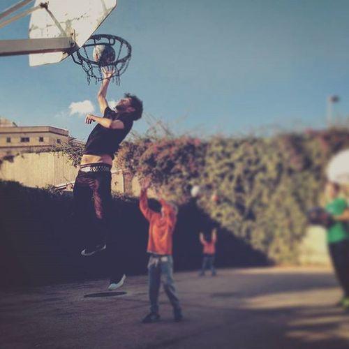 Abusant mentre faig cangurs. Quant de temps sense jugar a bàsquet... Foto feta òbviament per @ombradetardor. Basketball Converse Converseallstar Chucktaylor2 Dunk Ball