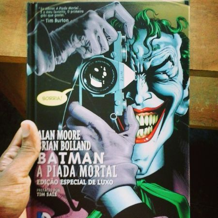 """Hq Comics DC Batman Coringa Joker Quadrinhos Alan_moore Geek Nerd Coleção Classicos Instagood Cool Hj eu li """"A piada mortal"""" escrita pelo gênio Alan Moore. Cara, essa história é d mais! N só p quem curti hq, mas também para qualquer um q goste de uma boa história. O coringa desse quadrinho n tem limite e muito menos escrúpulo. Só achei um pouco curta, mas valeu a pena. ;)"""