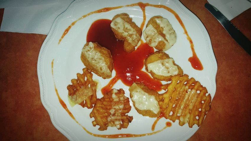 Mc Donalds goes luxury :D Creative Food Mc Donald's Mc Donalds Nuggets CHiCKEN NUGGETS Cheese Yummy Luxury Decore