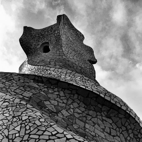 81 / 365 Abstractarchitecture Architecture Arkiromantix Black And White Bnw_rose Building Exterior Built Structure Gaudì Architecture Work Gaudí Architecture Low Angle View Noir_shots Organic Shapes Organic Shapes In Architecture Sky Textures And Surfaces Transfer_visions_bnw