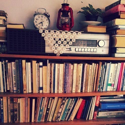 Küçük çaplı bi' cennete düştüm.Eserler yaşımdan, görünmeyen kısım görünen kısımdan büyük.Öyle bir daldım ki içine parmaklarım kömür karası oldu.Genzimdeki keskin kokusu, ellerimdeki tozlu yapısı hiç gitmesin.Gitmesin ki bütün bir yaz günlerimi en güzel şekilde geçireyim. Yenidostlarım Kitaplariyikivar Kitapkurdu Kitapyurdu books huzur okunacakkitaplar buyaztamgaz kitapdostu library instabook instamood instagood instacam instalike fun peace peaceful