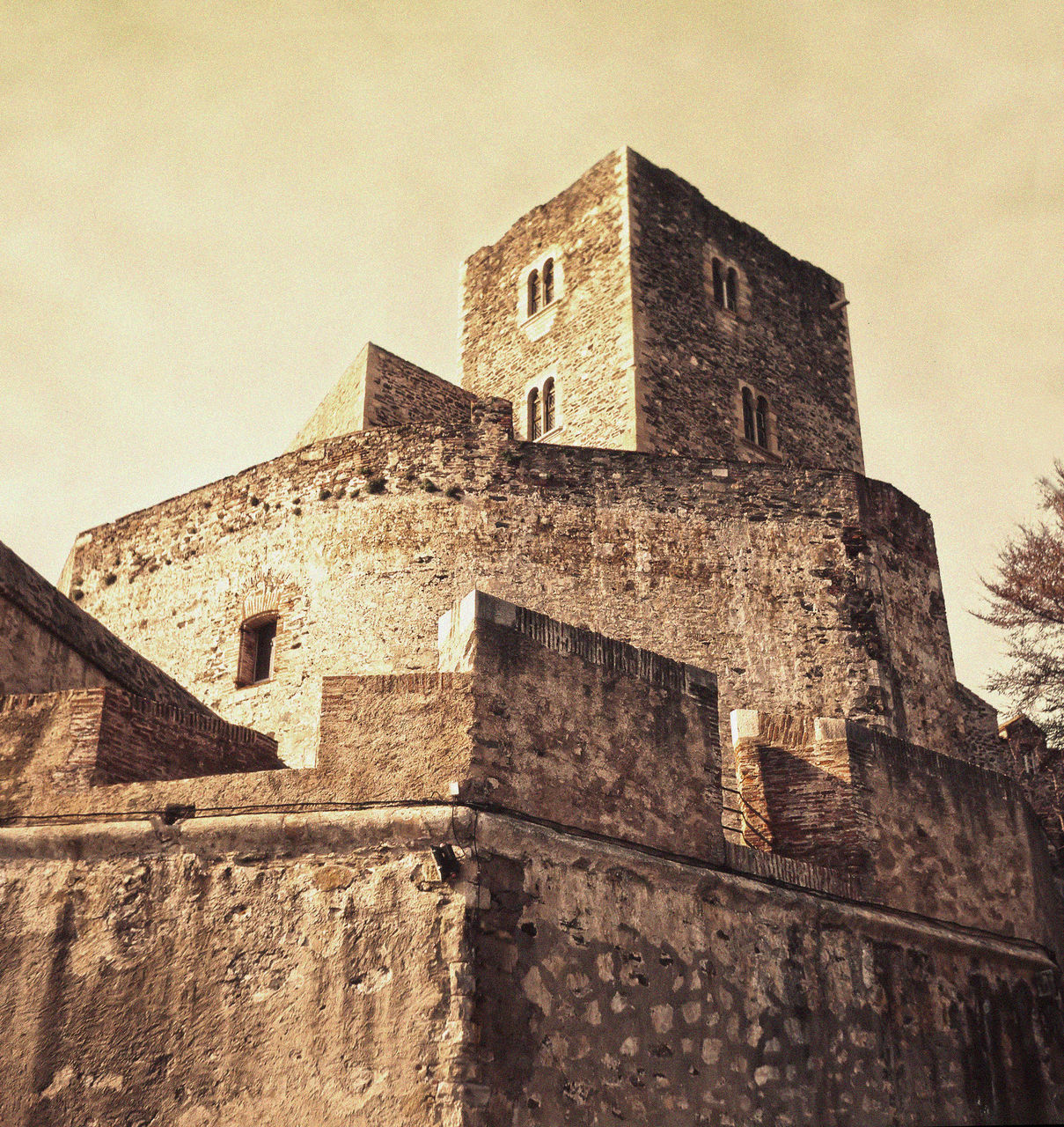 architecture, history, built structure, building exterior, low angle view, the past, no people, castle, fort, old ruin, ancient, day, brick wall, ancient civilization, travel destinations, outdoors, sky, past