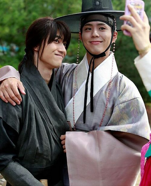 Ta nói là có gian tình mà k tin 😂😂 Park Bo Gum 很可爱 Moonlight Drawn By Clouds Love In The Moonlight 😍❤️✨ 박보검 Byung Yeon Kim Hyung 사랑해 Beautiful Loveyou 很帅