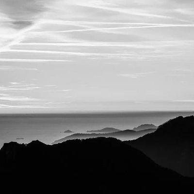 Nero Bianco Biancoenero Black white blackwhite sea mare montagne montagna monti mount mountains mountain mounts piandellafioba altaversilia alpi apuane alpiapuane italy italia tuscany toscana infinito infinity
