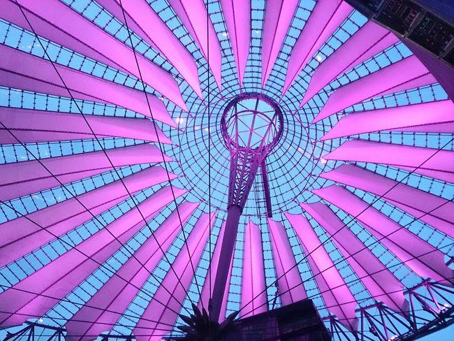 La Cúpula Del Sony Certer de Berlín se Iluminá de Noche de varias Colores