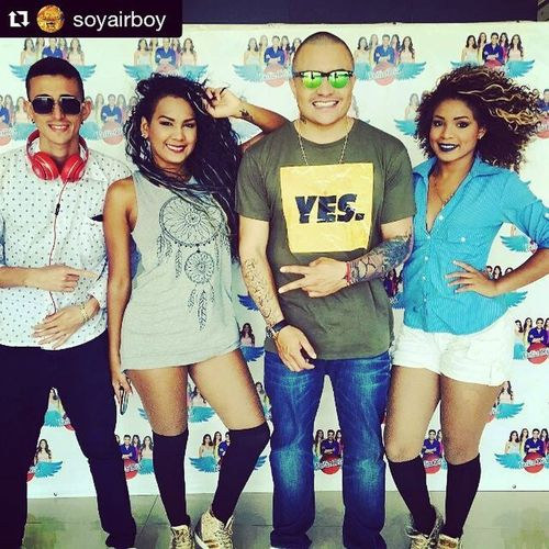 Repost @soyairboy with @repostapp ・・・TourPromoDondeEstasBquilla Con el Combo en @canaltelecaribe @felizdiatv compartiendo con gente buena!!! ☺️🙏🏼💯💯💯🇨🇴🇨🇴🇨🇴 Gracias Photo by @milecodiscos 😂😘😘😘 Soyairboy Llegoelmomento DondeEstas Deluxeedition Dancegirls Barranquilla Colombia Colombiano Yes Green BEATS @theranyely @yised02_ @djfocuscolombia @infovictory Likethis Like4like News Djfocus Photography Likeforlike Booking Tour Promo Cool instagood