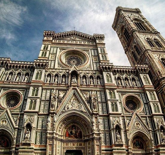 Incredible facade 👀 Ohneworte Ig_florence Ig_tuscany Firenzegram Archdaily Arquitectura Perspective Architecturelovers Cattedraledisantamariadelfiore Piazzadelduomo Florencecathedral Spon_reise