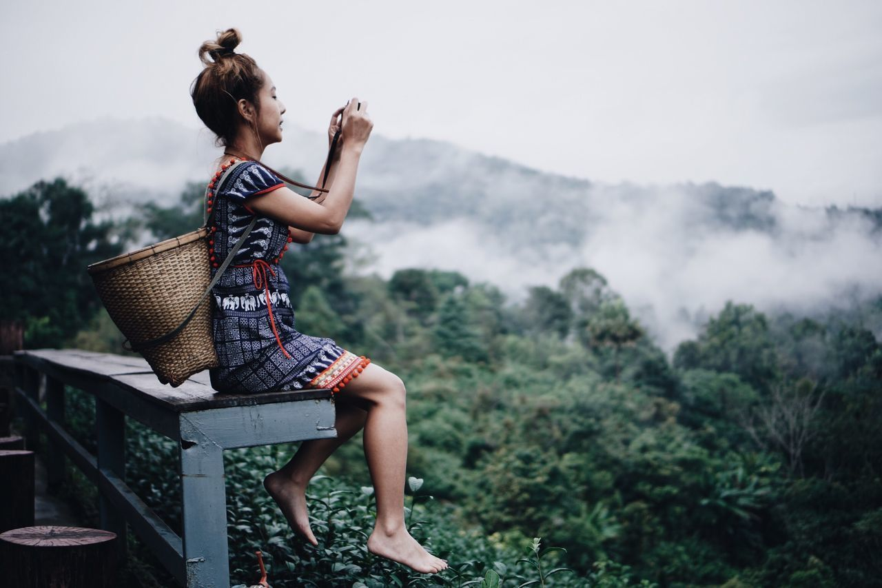 FULL LENGTH SIDE VIEW OF WOMAN LOOKING AT MOUNTAIN