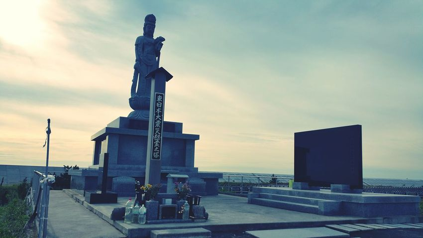 こんにちは。仙台から茨城へ向かう途中、主人に案内してもらい、とある場所へ。主人が行きたいであろう場所に近づくにつれ、もしや・・・。墓石が無残にも倒れていたり。遠くに観音さまでしょうか、見えました。近くに学校の校舎らしき建物。仙台市内の津波被害のあった地区でした。校舎は荒浜小学校。近くの綺麗に整備され直した堤防の上で、海を見ましたがとても穏やかな海が広がっていました。草が生えた広い何もない土地。良く見ると家が建っていたのでしょう、基礎のコンクリートだけが残っていました。自然の力には勝てないなぁ、実感しました。観音様にも手を合わせて、改めて被災された方々の事を考えさせられました。ガンバレ、ニッポン!ガンバレ、東北!!ガンバレ、私。私に何が出来るかなぁ。 東日本大震災 荒浜小学校 津波 仙台 祈り