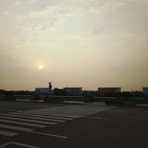 机场的日出。