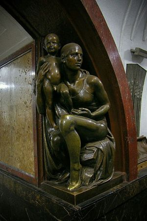 московскоеметро статуи жизнь метро Taking Photos Relaxing Human Statue Moscow Subway Check This Out статуи женщина