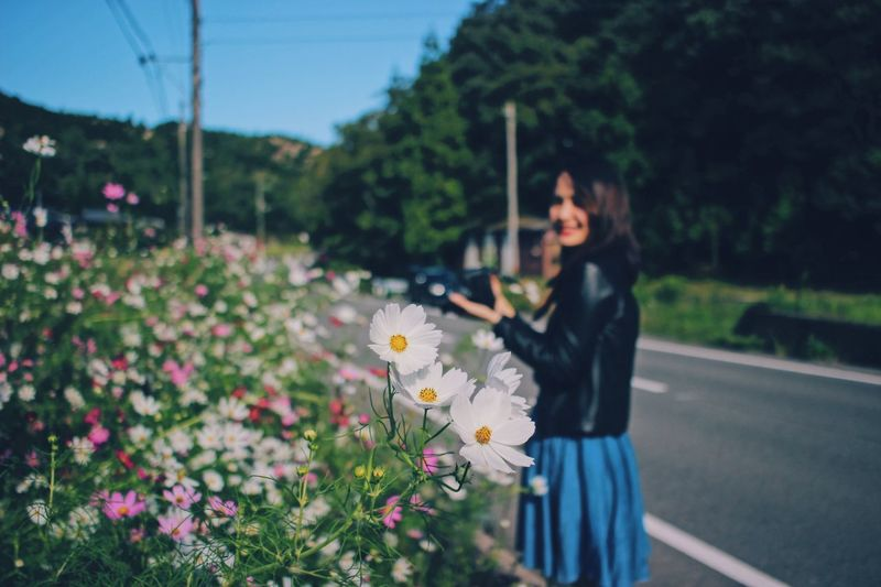 Then human love to shoot flowers and bees.😍😍😍🐝🌸 Pollen Flowerpower Bokeh Photography Bokeh Photography Cosmos Nature_collection Nature Photography Cosmos Flower Power In Nature Plant Flower Flowering Plant One Person Nature Women Young Adult Growth Focus On Foreground Real People Young Women Three Quarter Length Side View Standing Leisure Activity Outdoors Freshness Lifestyles Fragility Hairstyle