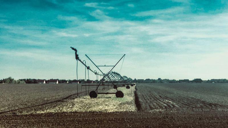 Landwirtschaftsfahrzeuge Landwirtschaftliche Machine Landwirtschaftsgerät Landwirtschaft Bewässerung Field Sky Cloud - Sky Nature Land Landscape Day Agriculture Tranquil Scene Farm