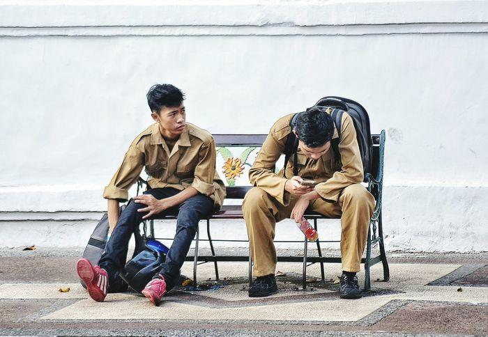 Internet AddictionMain Bareng, Bukan Jaim Bareng... #myfriendisgadget #busy #streetphoto #streetphotography mycandid indonesiaphotography nikonindonesia nikontop Sitting Lifestyles Outdoors Streetart Indonesia_photography INDONESIA Surabaya City