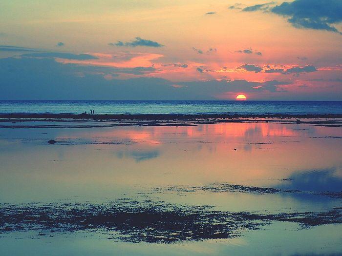L'astre disparaît, englouti par l'océan, et le jour s'en va avec lui... Taking Photos Sunset Gili Trawangan Traveling Ocean Truecolors Sunsleep Landscape