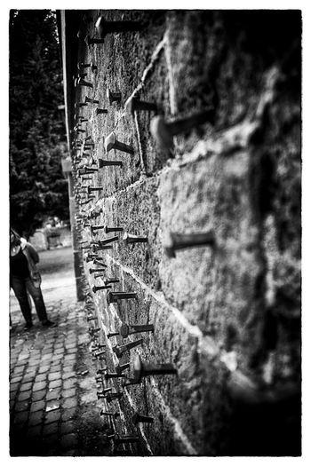 Jeder Nagel steht für einen Aids- Toten Aids Mahnmal Aids Memorial Black And White Blackandwhite Nails Nägel Schwarzweiß Wall Wanderlust