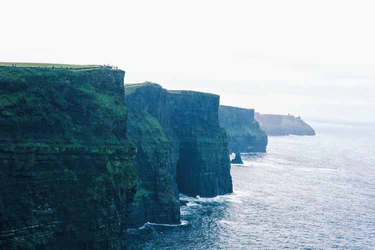 Cliffs of moher | County Clare (Éire) 🇨🇮🍀 Cliff Cliffs Of Moher  Sea Wonderful Dublin Doolin Country Countryside Gaelic  Love Landscape Landscape_Collection EyeEm Nature Lover EyeEm Gallery EyeEm Best Shots VSCO Vscocam Fujifilm 35mm Earth Savetheplanet Ireland Photooftheday Beautiful Nature Nature