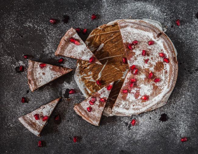 chocolate cake with pomegranate | Schoko-Kuchen mit Granatapfelkernen Backen Bake Baking Baking A Cake Cake Canon Chocolate Chocolate Cake Delicious Delicious Cake  Food Foodfotografie Foodphotography Foodstyling Granatapfel Ilovebaking No People Pomegranate Puderzucker StillLifePhotography Tarte Tasty Yummi