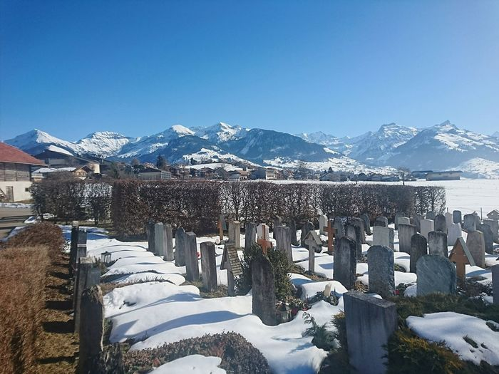 """Es sind nicht die Jahre deines Lebens, die zählen. Was zählt, ist das Leben innerhalb der Jahre."" (Abraham Lincoln) Berner Oberland Erinnern Outdoors Emotion History Friedhof Frieden Ruhe Freedom Silence Erinnerungen Remember Snow Mountain Winter Clear Sky Sky"