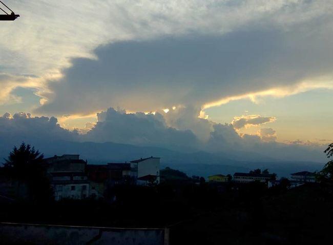 Nubi e sole City Tree Mountain Storm Cloud Cityscape Silhouette Urban Skyline Dramatic Sky Sky Lightning Extreme Weather
